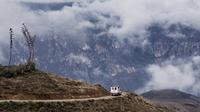 Ambulance through the mountains klein
